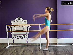 Fiatal doll ballerina