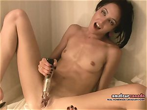 skinny French lady with tiny mammories jizzes using ben