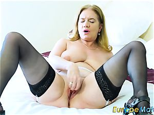 EuropeMaturE sizzling Lusty Mature toying with toys